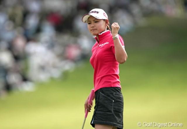 2006年 日本女子オープンゴルフ選手権競技 2日目 横峯さくら 最終18番でバーディを奪い小さくガッツポーズをする横峯さくら