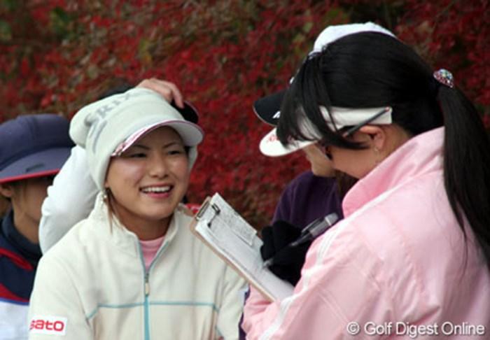寒さ対策もばっちり。次のティグラウンドへ向かう合間に、ラウンドリポーターの東尾理子らと談笑する横峯さくら 2006年 大王製紙エリエールレディスオープン 2日目 横峯さくら