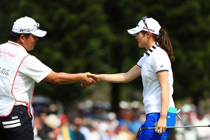 中島コーチとがっちり握手 2018年 ダイキンオーキッドレディスゴルフトーナメント 最終日 諸見里しのぶ