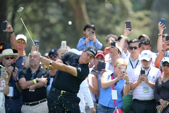 2番ではグリーン右ラフからピンに当たるショットを見せ、2連続バーディとしたフィル・ミケルソン(David Cannon/Getty Images)