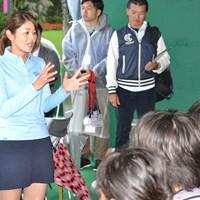 見学に来たアマチュアの子どもたちの質問に答える諸見里しのぶ 2018年 ダイキンオーキッドレディスゴルフトーナメント 3日目 諸見里しのぶ