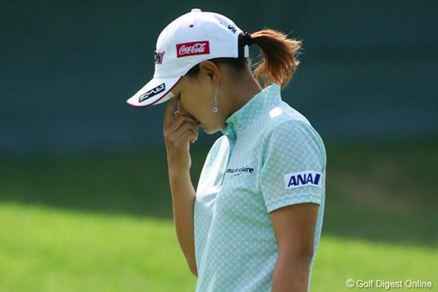 2006年 NEC軽井沢72ゴルフトーナメント 初日 横峯さくら 体調不良の中でのラウンドとなった横峯、途中何度か辛そうなシーンが見られた