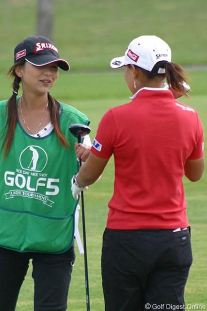 2006年 ゴルフ5レディスプロゴルフトーナメント 2日目 横峯さくら 15番パー5、一度はドライバーを手にしたが、3Wで手前に刻んでバーディ奪取