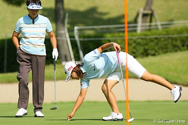 2006年 ミヤギテレビ杯ダンロップ女子オープンゴルフトーナメント 事前 横峯さくら 樋口会長のボールマークを直してあげる横峯