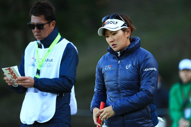 コーチの南秀樹氏(左)をキャディに携えた成田。苦手グリーンを克服した