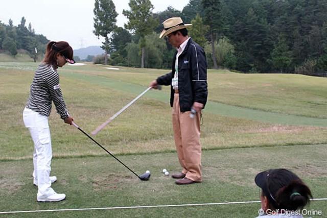ホールアウト後の練習場では、良郎氏の指導する姿が見られた