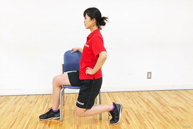 <ゴルフと筋肉>股関節まわりのストレッチ 前に出した足の膝を90度くらいに保つ