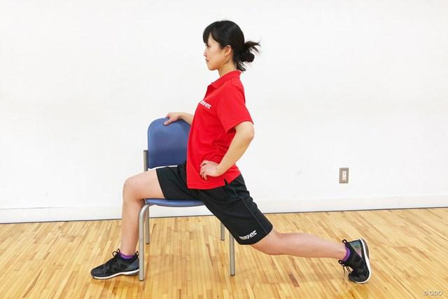 <ゴルフと筋肉>股関節まわりのストレッチ 後ろの足を後方に持っていき、前後に足を広げる