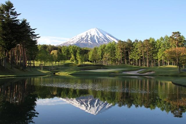 富士山向かってショットする8番パー3。正面の池に逆さ富士が映ることも