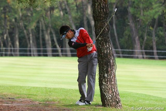 木の根元から身体は木の後ろで腕は木の前へ、低いドローボールでナイスアウトした星野英正「さすが上手い!」