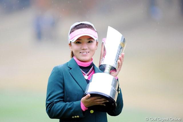 2009年 大王製紙エリエールレディス最終日 有村智恵 今季5勝目を挙げた有村智恵。最終戦は3つ巴の賞金女王争いへ!