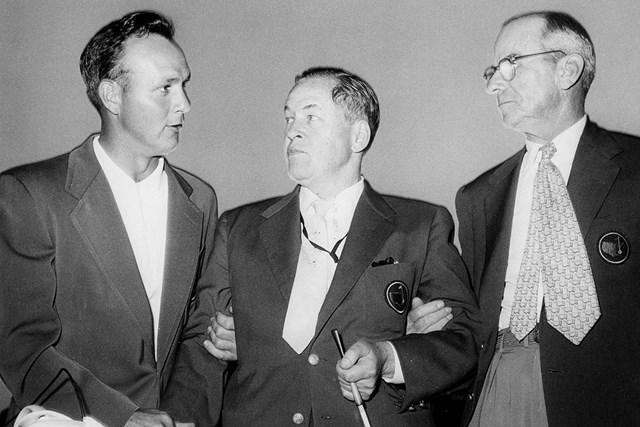 マスターズを創設したボビー・ジョーンズ(中央)、クリフォード・ロバーツ氏(右)とアーノルド・パーマー。1950年代の大会期間中にオーガスタナショナルGCで撮影された一枚(Augusta National/Getty Images)