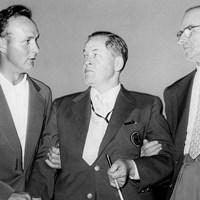 マスターズを創設したボビー・ジョーンズ(中央)、クリフォード・ロバーツ氏(右)とアーノルド・パーマー。1950年代の大会期間中にオーガスタナショナルGCで撮影された一枚(Augusta National/Getty Images) 2018年 マスターズ 事前 ボビー・ジョーンズ アーノルド・パーマー クリフォード・ロバーツ