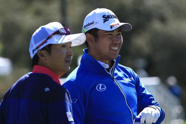 練習場で笑顔を見せる松山英樹(右)