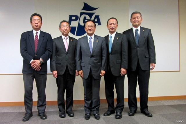 PGA会長の再選された倉本昌弘(中央)