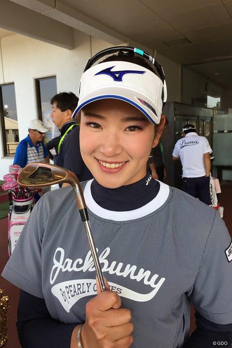 ジャンボ尾崎からもらったウェッジを握る原英莉花 2018年 アクサレディスゴルフトーナメント in MIYAZAKI 2日目 原英莉花