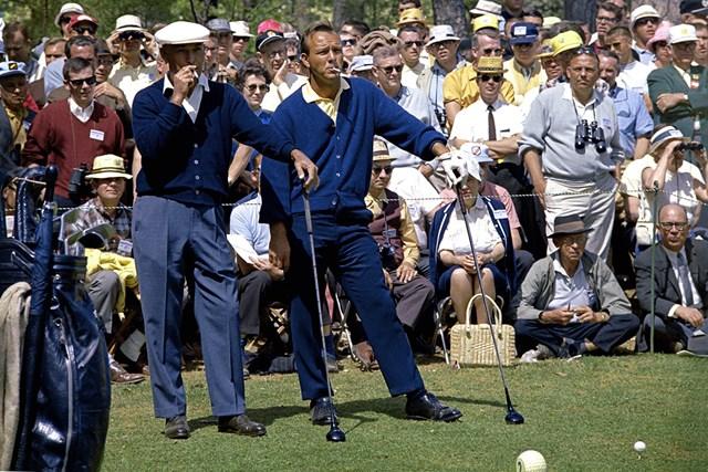 1966年の「マスターズ」。2番ホールのティグラウンドでたばこの煙をくゆらすパーマーとベン・ホーガン(Augusta National/Getty Images)