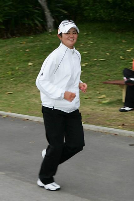2006年 ダイキンオーキッドレディス プロアマ日 諸見里しのぶ 練習場に向かって走る諸見里しのぶ。周囲からの掛け声にも嫌な顔1つせずプロとしての配慮も備わった