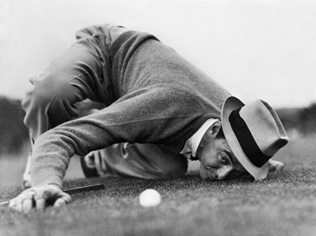 1939年の「マスターズ」でラインを読むサム・スニード (Underwood Archives/Getty Images)