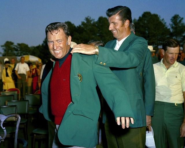 1970年の「マスターズ」表彰式で、ジョージ・アーチャーにグリーンジャケットを着せてもらうビリー・キャスパー(Augusta National/Getty Images)