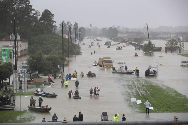 2017年8月28日、ヒューストンを襲ったハリケーンから逃げ惑う人々 (Joe Raedle/Getty Images)