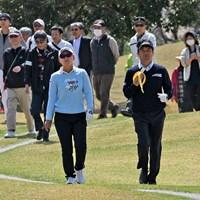 多くのギャラリーが注目組に続いた 2018年 Novil Cup 初日 横峯さくら&横田真一