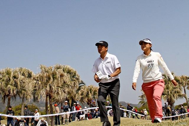 初めて男子ツアーに挑戦した横峯さくら(右)は予選落ちした