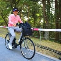 ギャラリーの方が間違えて自転車でゴルフ場に入って来ちゃったかと思ったら、解説の石井忍プロでした。電動アシスト自転車で移動も楽々です。 2018年 ヤマハレディースオープン葛城 3日目 石井忍プロ