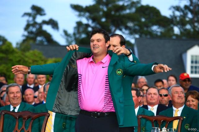 昨年覇者のガルシアからグリーンジャケットを着せてもらうパトリック・リード