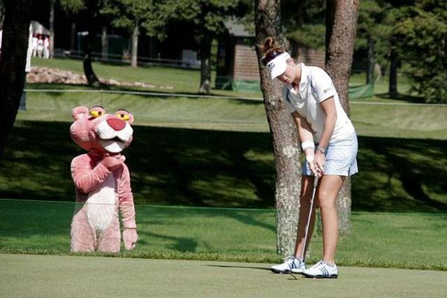 2006年 ポーラ・クリーマー x ピンクパンサーのコラボが実現! ポーラを見つめる怪しいギャラリー?
