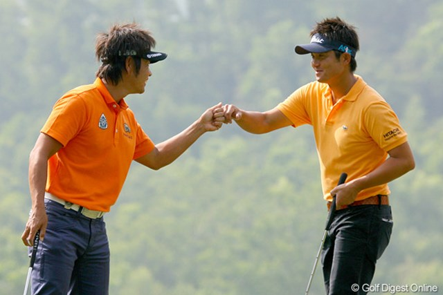 2009年 オメガミッションヒルズワールドカップ 初日 今田竜二&藤田寛之 バーディを奪い、グータッチをする場面が何度も見られた日本チーム