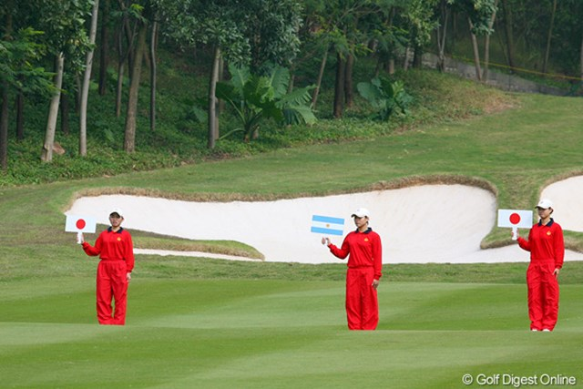 セカンド地点には、国旗を持ったボランティアさんがボールの元へ。日本チーム、しっかりフェアウェイをキープ!