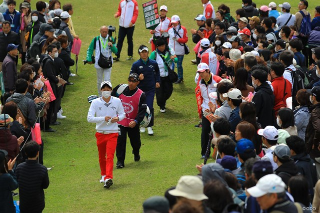 こんなに近い距離間で選手を見られるのはゴルフだけかもね。