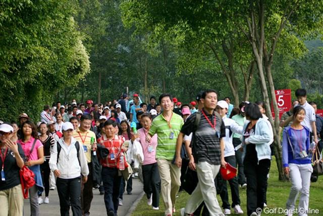 開催国である中国チームには、平日にもかかわらず大勢のギャラリーが後に続いた。