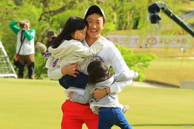 優勝して娘の亜子ちゃん(左)、夢芽ちゃんを抱きかかえる重永亜斗夢