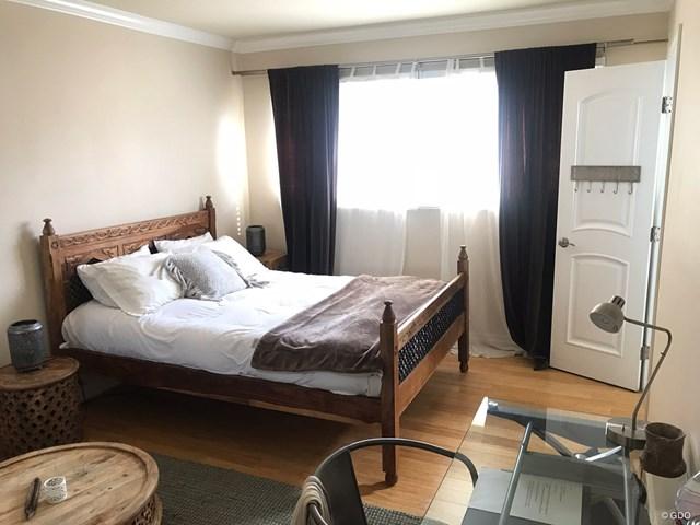 サンタモニカで泊まった部屋。奥には専用バスルームも。小綺麗で快適そうでしょ?