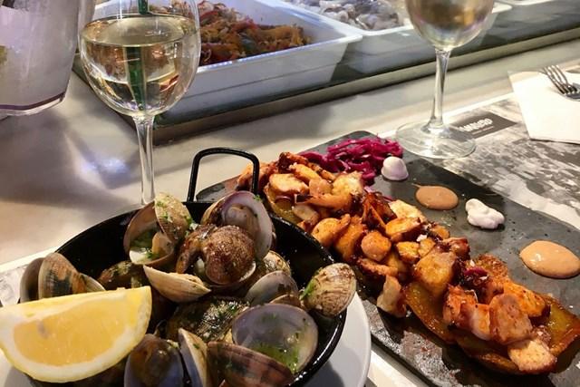 スペインバルでの夕食。ぼく、オリーブオイル大好きなんです