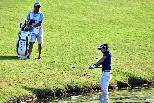 池の中に膝まで浸かってパーセーブした石川遼