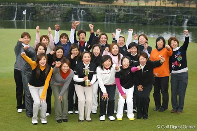 試合終了後、表彰式では全員集合の記念写真を撮影!