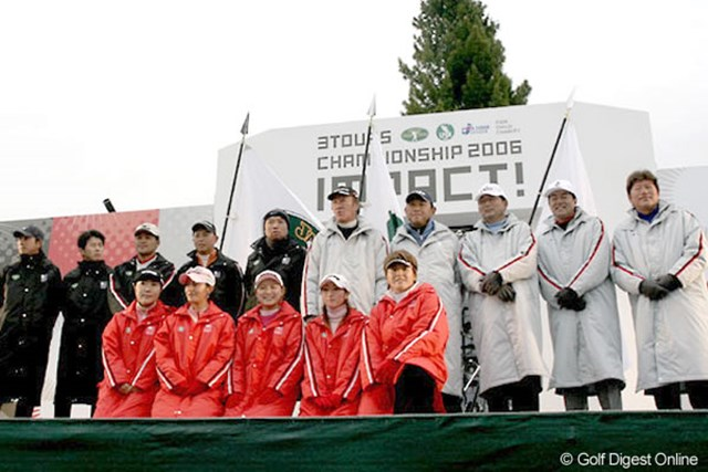 開会式で整列した日本の3ツアーを代表する選手たち