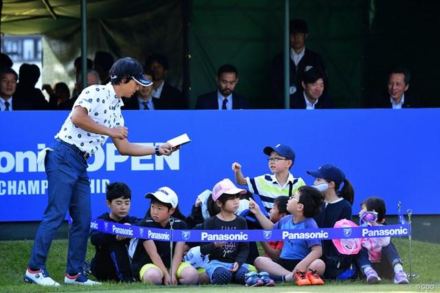 2018年 パナソニックオープンゴルフチャンピオンシップ 最終日 石川遼 1番ティの後方に設けられた升席(?)で特別に観戦するちびっ子たちにサインのサービス。