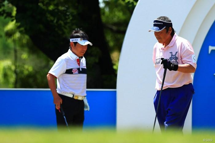 尾崎将司(右)は弟の尾崎直道と同組でプレーした 2018年 中日クラウンズ 初日 尾崎将司