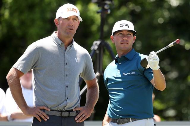 12アンダーで首位発進を決めたC.リービーとL.グローバー(左) (Rob Carr/Getty Images)