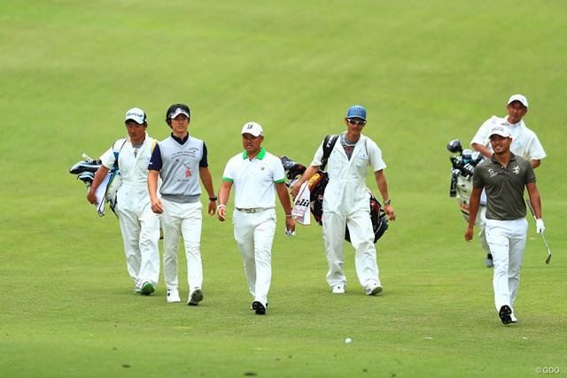 小平智(右)と石川遼(左から2番目)が6アンダー。宮里優作も好位置に