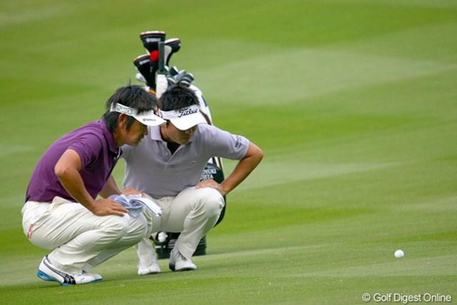 フェアウェイでちょっと沈んでいるボールを、マジマジと見つめる今田と藤田