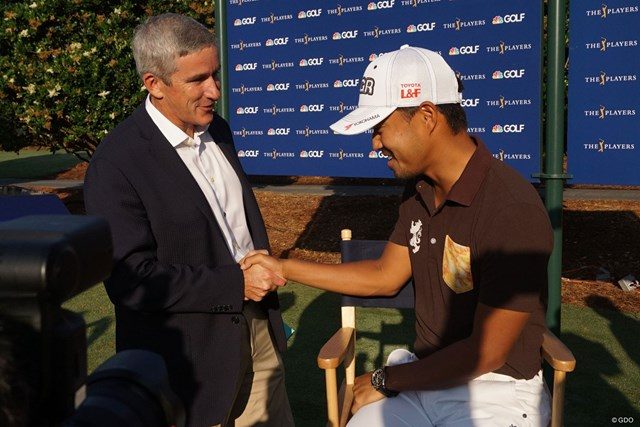 PGAツアーのコミッショナー、ジェイ・モナハン氏と握手を交わした小平智