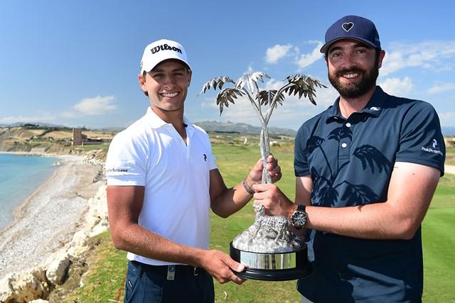 キャディ(右)と初優勝を喜ぶヨアキム・ラガーグレン(Stuart Franklin/Getty Images)