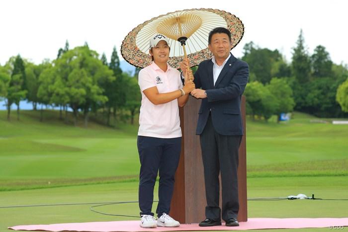優勝副賞の番傘を貰って嬉しそう。 2018年 中京テレビ・ブリヂストンレディスオープン 最終日 ペ・ヒギョン