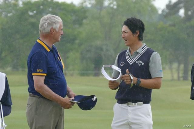 プロアマ戦の終了後、R&Aのクライブ・ブラウン氏(左)と話す石川遼