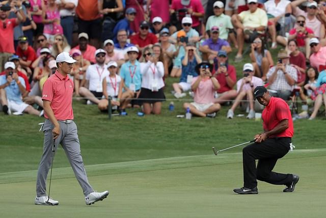 ジョーダン・スピース タイガー・ウッズ ウッズの後ろをよーく見て…グリーン周りのロープが低い。ザ・プレーヤーズ選手権から(Richard Heathcote/Getty Images)